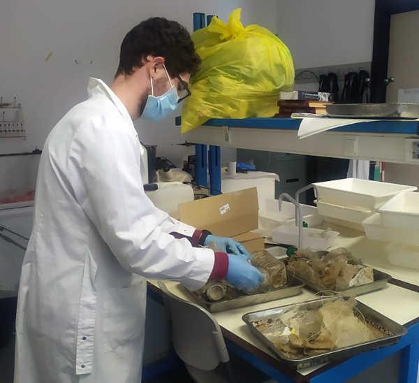 Gonzalo analizando la basura marina recogida